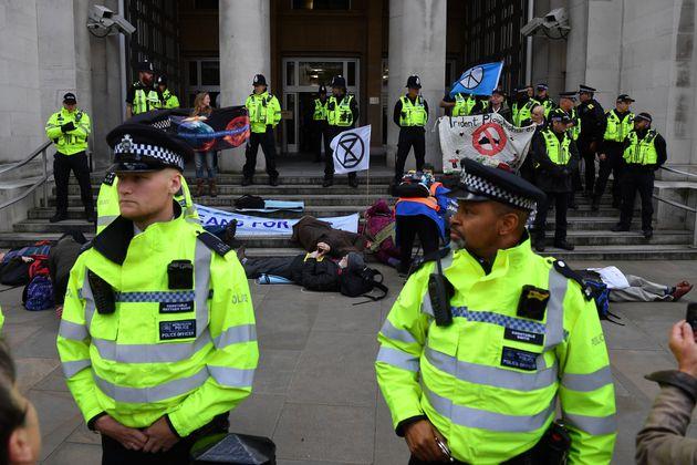 Une action d'Extinction Rebellion devant le ministère de la Défense britannique, à Londres en octobre