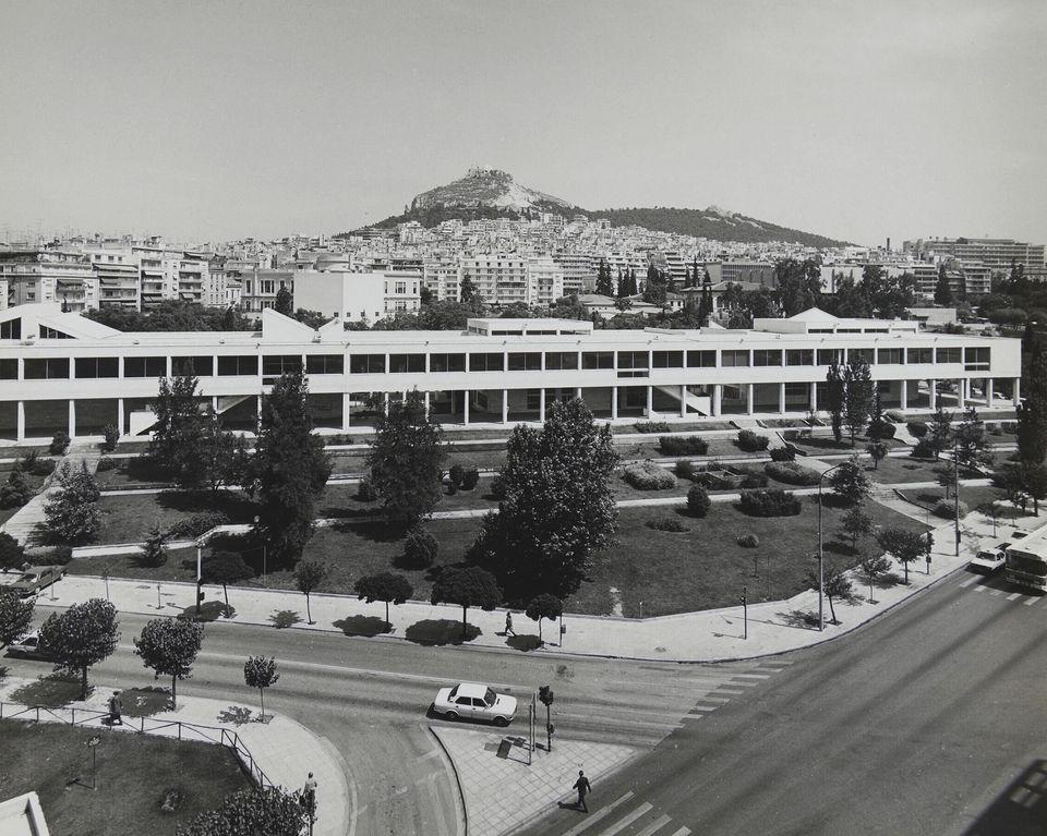 Γενική άποψη του Ωδείου Αθηνών με τη λεωφόρο Βασ. Κωνσταντίνου εμπρός και το ευρύτερο περιβάλλον της...