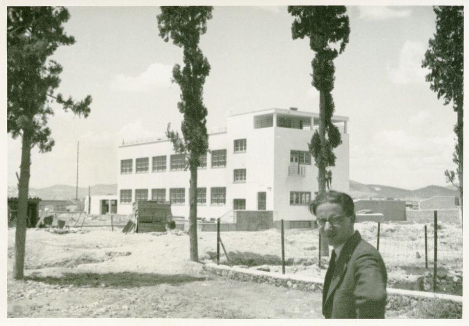 Ο Ιωάννης Δεσποτόπουλος μπροστά από το υπό κατασκευή σχολικό κτίριο στην περιοχή της Ακαδημίας Πλάτωνος,...