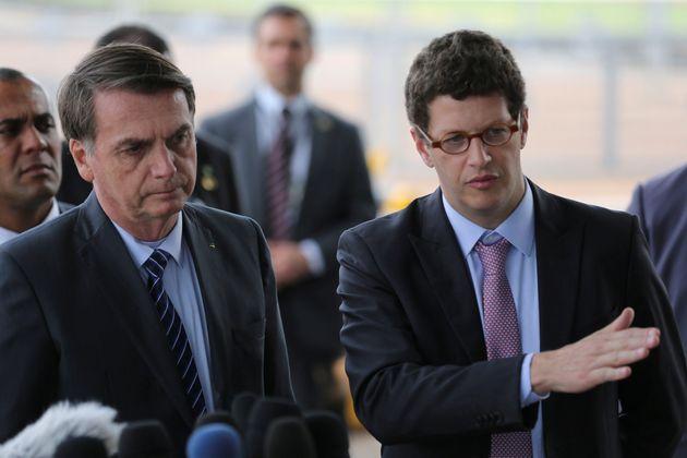 O presidente Jair Bolsonaro ao lado do ministro do Meio Ambiente, Ricardo Salles, no Palácio da...