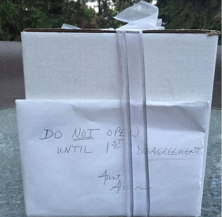 O presente da tia-avó da noiva veio acompanhado de um envelope com instruções ao casal para só abrir o pacote depois de seu primeiro desentendimento.