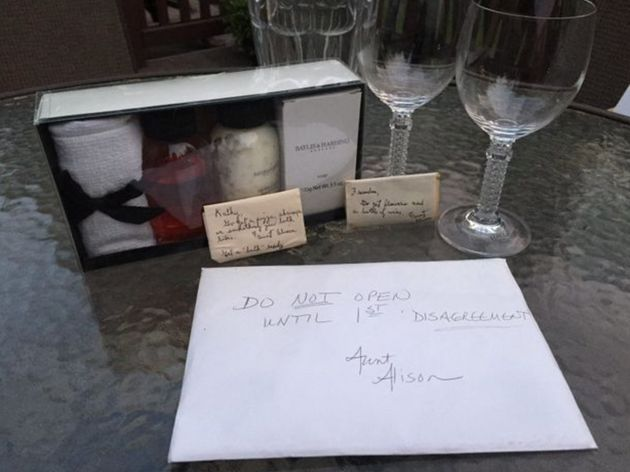 A caixa de presente também incluía um vaso de cristal para flores, dois copos de cristal para vinho,...