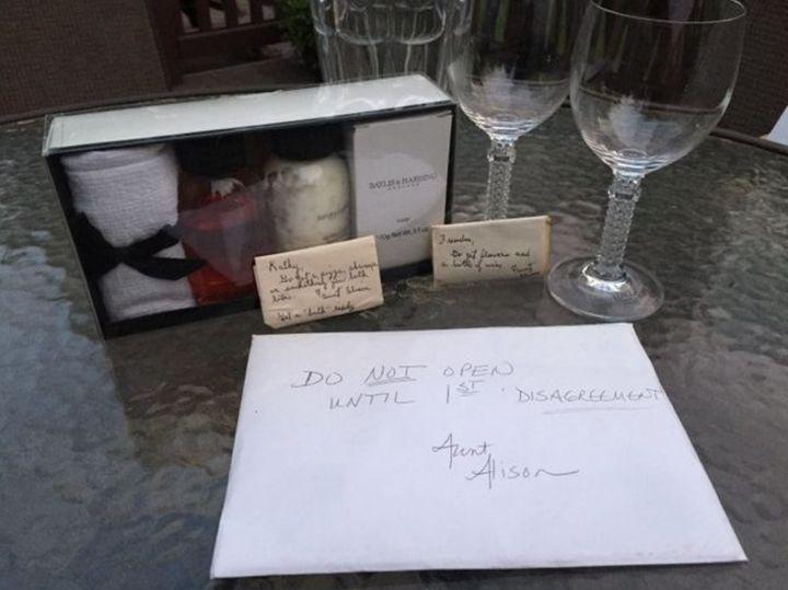 A caixa de presente também incluía um vaso de cristal para flores, dois copos de cristal para vinho, sabonete, loção e sais de banho efervescentes.