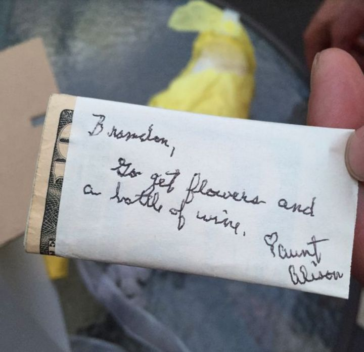 """O bilhete destinado a Brandon dizia: """"Vá comprar flores e uma garrafa de vinho""""."""