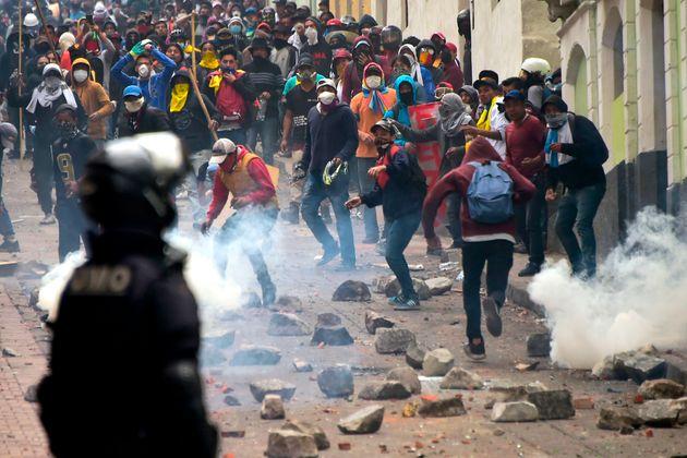 Miles de indígenas se manifiestan en Quito contra el aumento del precio de los