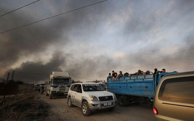 Dans la ville deRas al-Aïn, des habitants fuient à bord de camion, après de...