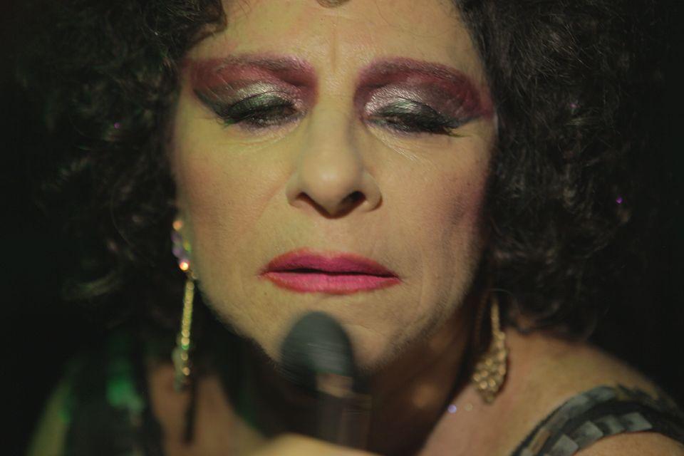 Denise Weinberg é Daniela, uma mulher trans que não se curva nem para a
