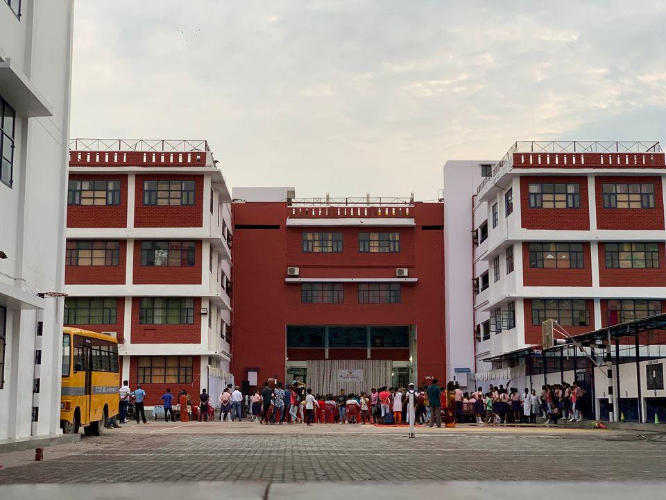 프레르나 걸즈 스쿨은 인도 우타르프라데시주의 주도인 러크나우에 위치하고 있다. 러크나우는 인도의 수도 델리에서 비행기로 1시간 남짓