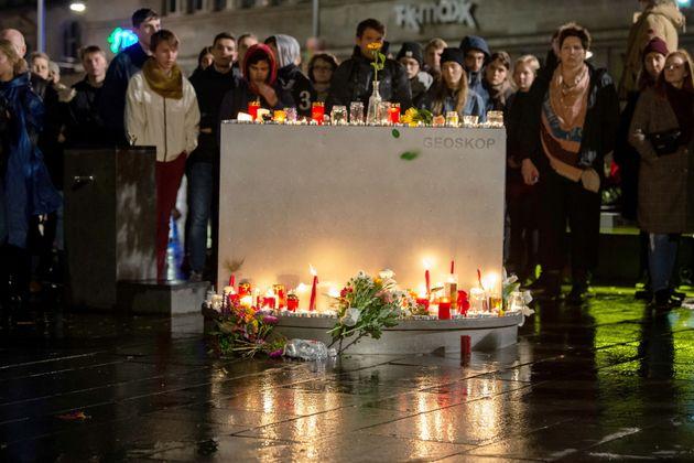 9일(현지시간) 할레의 시민들이 2명의 희생자를 기리기 위해 양초를 밝히고 꽃을 헌화하며 추도식을 올리고