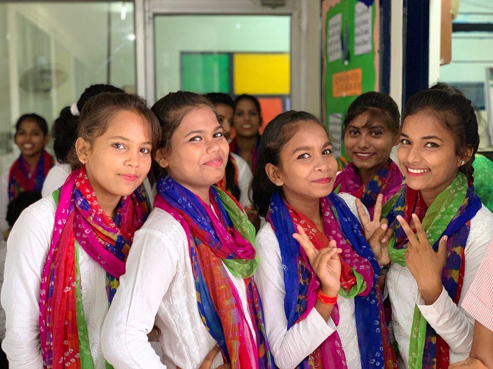 학교 행사 공연을 준비하는 학생들의