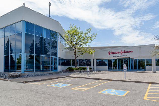 Η Johnson & Johnson αποζημιώνει με 8 δισ. άνδρα που ανέπτυξε γυναικείους μαστούς εξαιτίας φαρμάκου