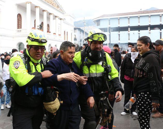 Manifestantes son auxiliados mientras indígenas y movimientos sociales