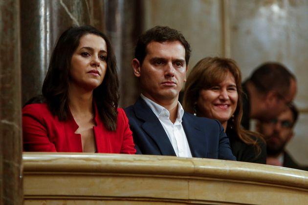 Los líderes de Ciudadanos, Inés Arrimadas (i) y Albert Rivera (c), acompañados por la diputada de JxCat...