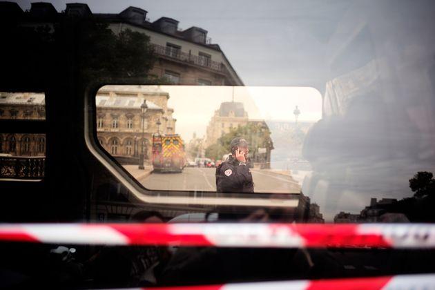 Policier devant la préfecture de police de Paris après l'attaque le 3