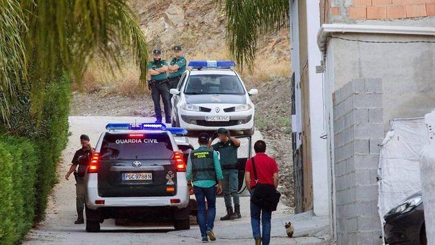 La Guardia Civil, durante los registros de la casa de Ruiz y Leonte, el 27 de