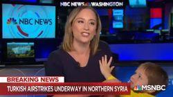 Il figlio della giornalista irrompe durante la diretta e cerca di abbracciarla