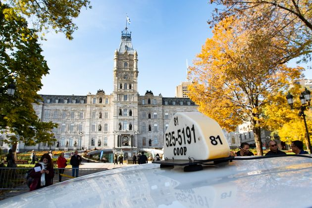Quelques dizaines de chauffeurs de taxi manifestent devant l'Assemblée nationale le jeudi 10 octobre...
