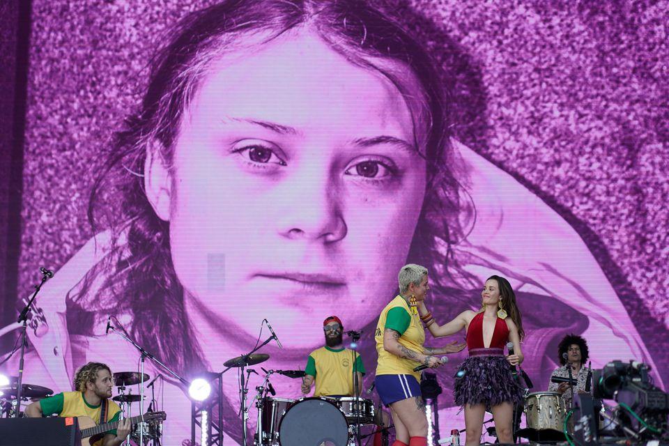 H φωτογραφία της Γκρέτα Τούνμπεργκ ως φόντο στο Φεστιβάλ Ροκ του Ρίο στην Βραζιλία. 3 Οκτωβρίου 2019.
