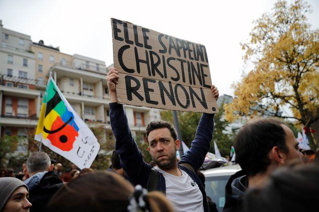 Un homme affichant une pancarte de soutien lors d'une manifestation en mémoire de Christine Renon, directrice...