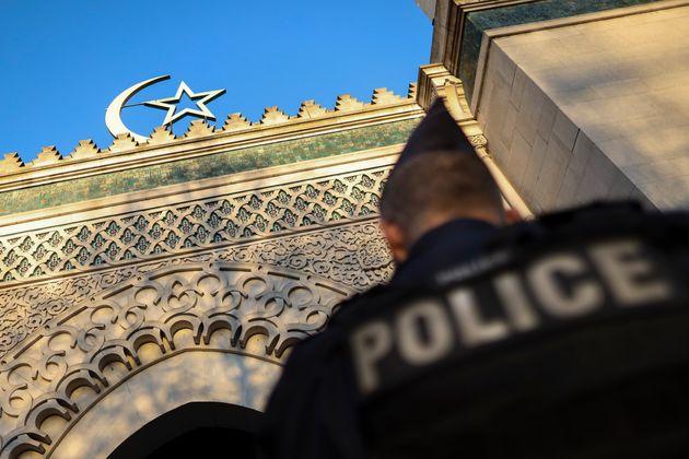 Un policier français devant la Grande mosquée de Paris, pendant l'hommage aux victimes...
