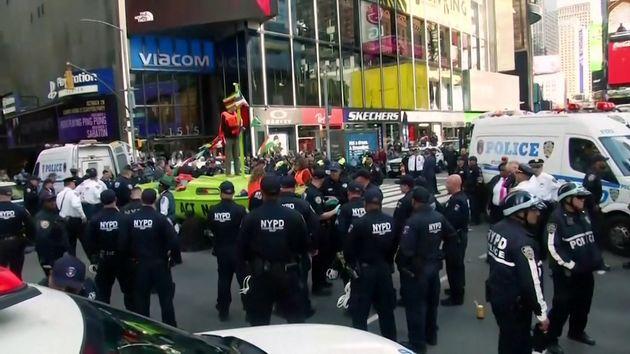 De nombreux militants Extinction Rebellion se sont arrêter à Times Squares ce 10