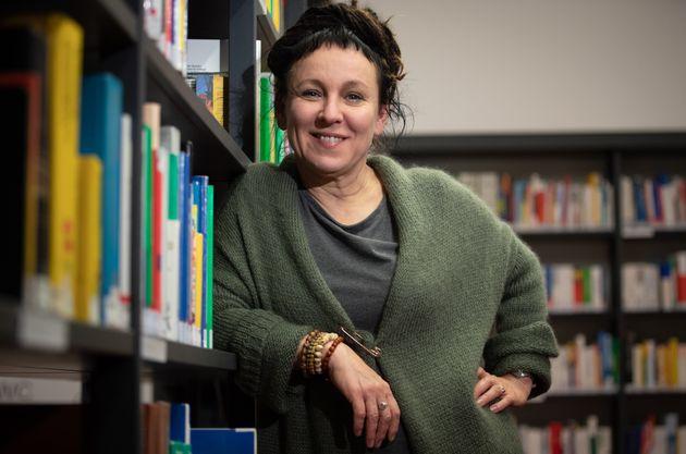 Olga Tokarczuk reçoit son Nobel avec un an de retard, mais s'excuse de l'avoir annoncé...