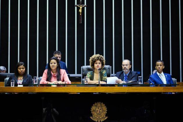 Maria Antômnia Deziderio, ao centro, quando presidiu a sessão na Câmara do Parlamento...