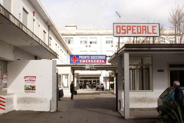 Mancano anestesisti e rinviano il parto cesareo, donna perde il
