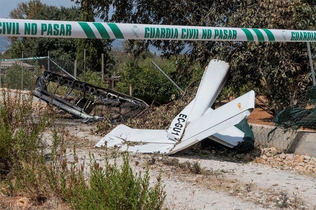 Imagen de los restos de un accidente aéreo entre helicóptero y un ultraligero en el municipio de Inca,...