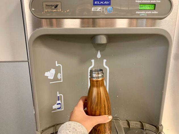 サンフランシスコ空港の給水所の1つ 何も押さずとも、センサーにより自動で水が給水される