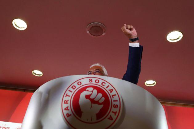 Antonio Costa se muestra victorioso en la noche del 7 de octubre, tras las