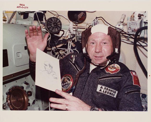 Dix ans après être devenu le premier homme à sortir dans l'espace, le cosmonaute...