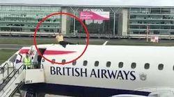 Manifestante per il clima sale sopra un aereo pronto al decollo a Londra