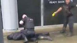 Accoltellava persone a caso davanti al centro commerciale, arrestato un uomo a Manchester. Cinque i