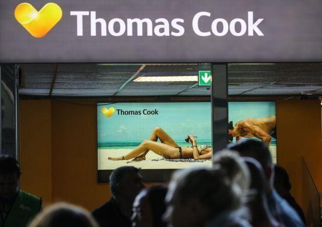 Pasajeros esperan frente a un mostrador de Thomas Cook en la Terminal 1 del aeropuerto de Frankfurt