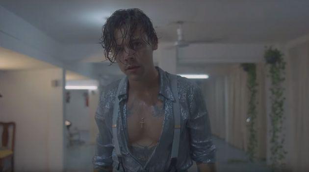 Harry Styles, la chemise déboutonnée, dans le clip de son nouveau morceau