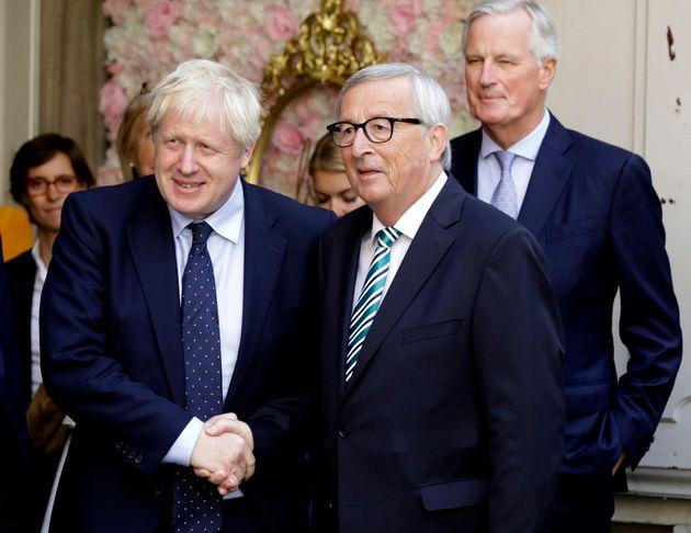El presidente de la Comisión Europea, Jean-Claude Juncker, y el primer ministro de Reino Unido,...