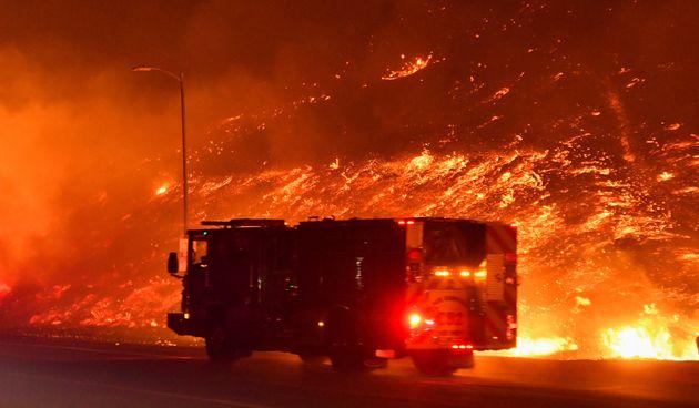 Maxi incendio in California: evacuate 12mila abitazioni. I venti alimentano le