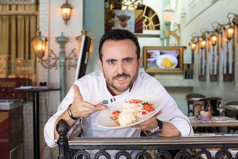 Isaac Azar, 48 anos, conversou sobre como é administrar o império gastronômico do Paris 6.
