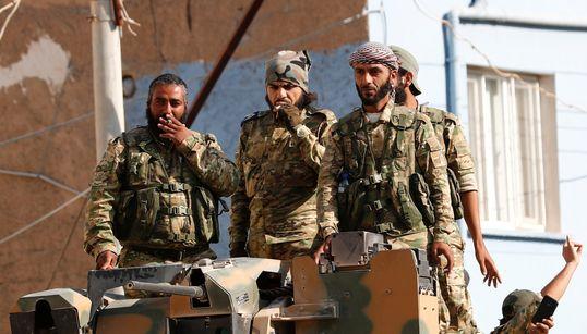 Εισβολή στην Συρία - Φωτογραφίες: Οι αντικαθεστωτικοί επιστρέφουν καβάλα στα τουρκικά άρματα