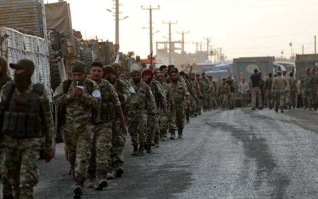 Aντάρτες του συριακού Απελευθερωτικού Στρατού επιστρέφουν πεζοί προς τα σύνορα υποστηριζόμενοι από τις τουρκικές ένοπλες δυνάμεις. Οκτώβριος 2019.