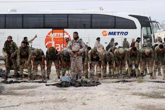 Aντάρτες του συριακού Απελευθερωτικού Στρατού προσεύχονται κοντά στα σύνορα Τουρκίας - Συρίας. Οκτώβριος 2019.