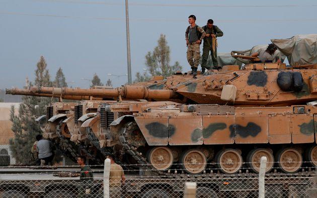 Στρατιώτες πάνω σε τουρκικό άρμα μάχης, στην επαρχία της Σανλιούρφα, στα σύνορα Τουρκίας - Συρίας. 11 Οκτωβρίου 2019.