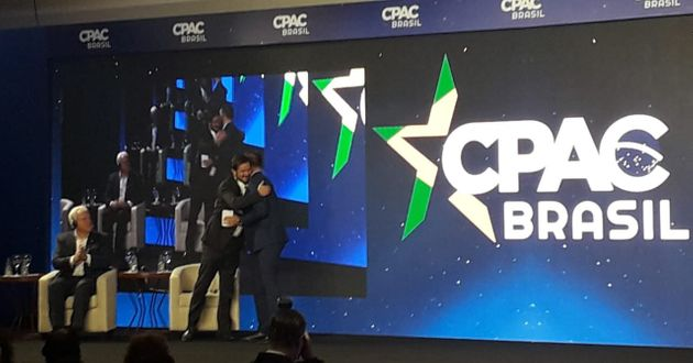 Eduardo Bolsonaro abraça o vice-presidente do PSL, Antonio de Rueda. Também no palco o...