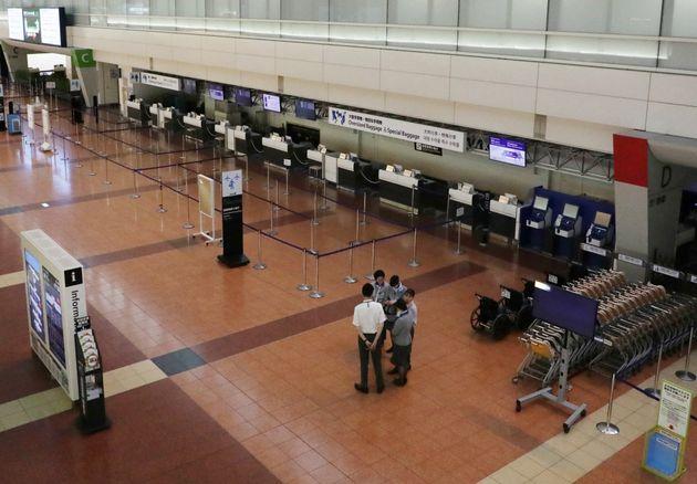 台風19号の影響で、ほぼ全便が欠航となり閑散とした羽田空港の出発ロビー=10月12日午前、東京都大田区