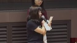 홍콩의 대학생이 마스크를 벗으며