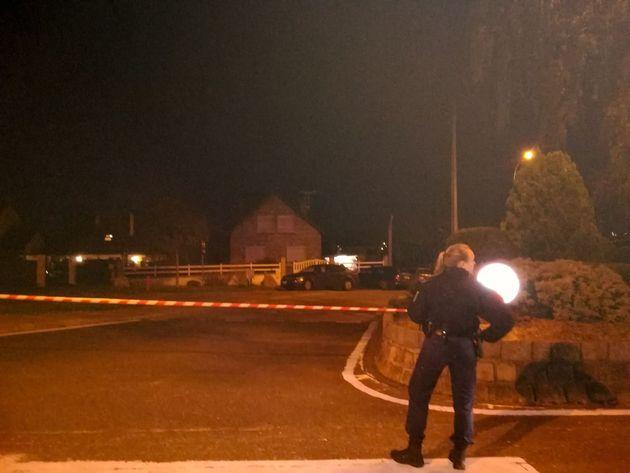 Les voisins de G.J. doutent que ce soit Dupont de Ligonnès (ici un policier se tient devant la...