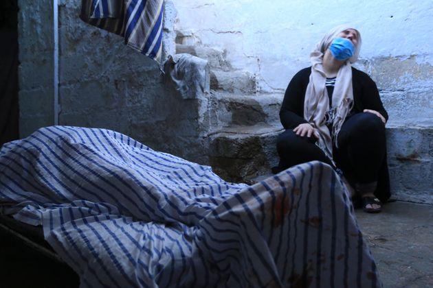 Γυναίκα θρηνεί δίπλα στη σορό συγγενικού της προσώπου που σκοτώθηκε κατά τους τουρκικούς βομβαρδισμούς. Γκαμισί, Συρία, 10 Οκτωβρίου 2019. (AP Photo/Baderkhan Ahmad)