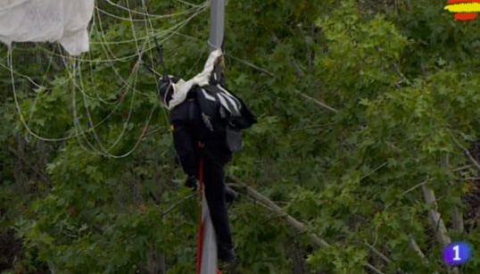 Accidente de un paracaidista durante el desfile de la Hispanidad en