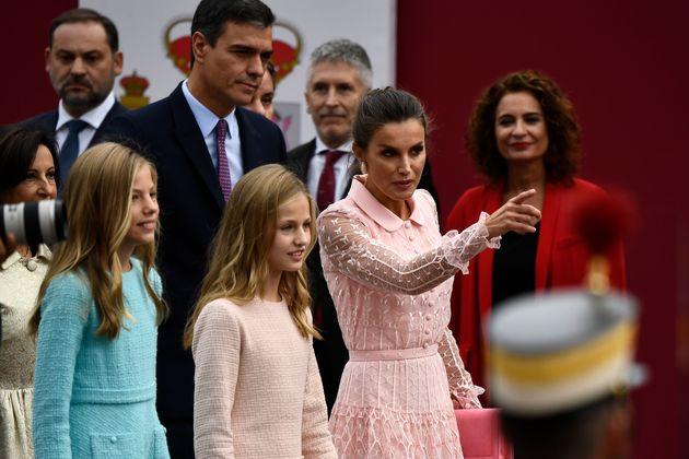 La reina Letizia conversa con sus hijas, la princesa Leonor y la infanta